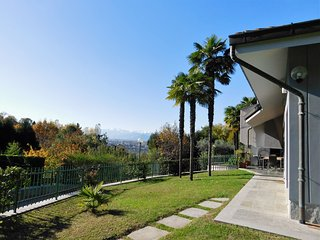 villa in precollina a due passi dal centro immersa nel verde