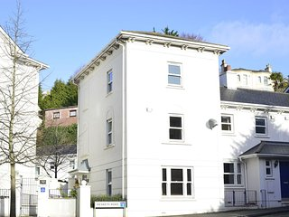 Sleeps 8 - Private Hot Tub - Secure Parking - Only 200m Walk From The Beach, Torquay