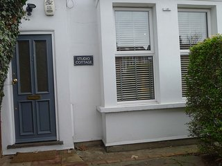London Self-Catering Cottage, semi detached single storey. 5 min walk to station