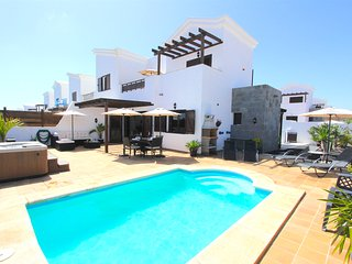 Lovely villa within walking distance of marina with private pool  and hot tub, Playa Blanca