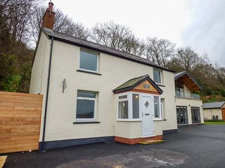 HOLLAND VILLA, sea views, beautifully furnished, open fire, near Llandudno, Ref