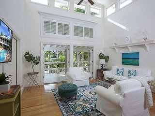 CANARY COVE COTTAGE in Olde Naples, Steps to 3rd St S