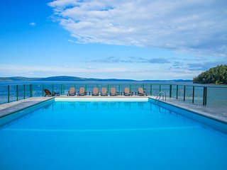 Sea Breeze OCEANFRONT Getaway with Stunning Views, Pool & Hot Tub, Nanaimo