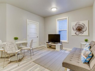 Modern, renovated condo steps from shops, restaurants & parks - dogs OK!