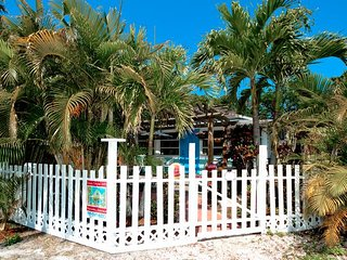 Enchanted Cottage: 2BR Pet-Friendly Cottage, Anna Maria