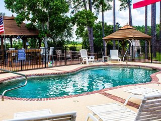 The Lodge. Tons of Amenities! Pool, Kayak, Fish, BBQ and Much More!