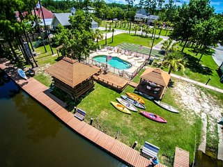 The Casual. Tons of Amenities! Pool, Kayak, Fish, BBQ and Much More!