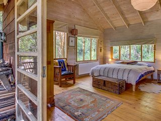 Charming, private woodland cottage with a deck, firepit & lovely views!