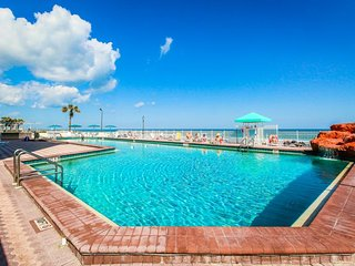 Beachfront studio w/ balcony, fitness room, pool & hot tub - snowbirds welcome!