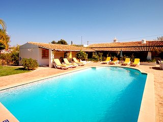 Villa ALICE, Traditional villa w/ pool, garden, AC, WiFi, close to amenities, Guia