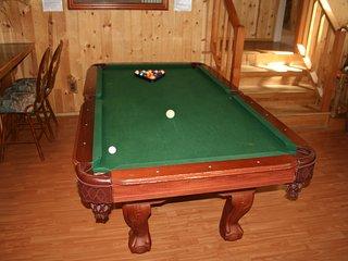 fun! Pool table-Foosball-hot tub-bbq-shuffleboard!