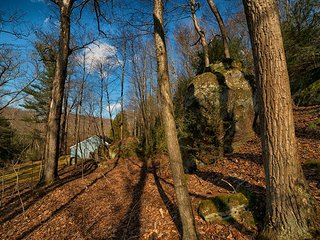 Eagle View Escape sits on a beautiful acre with large rocks like at Old Man's Cave.
