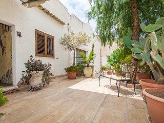 B&B a Custonaci con posto auto interno e giardino, La Pergola.