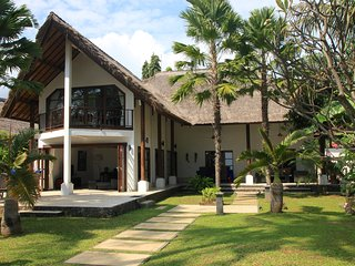 Villa Cantik: Luxury beach front villa including large pool and staff!