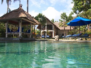 Villa Cantik: Luxury beach front villa including large pool and staff!, Dencarik