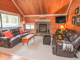 Cozy Sunriver Home Close to SHARC with Hot Tub, Bikes & SHARC Passes!