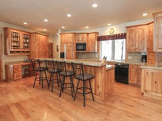 Gorgeous 5 Bedroom/5 Bathroom  Home w/Hot Tub, A/C, Bikes & More!