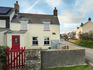 IVY COTTAGE, end-terrace, woodburner, patio, WiFi, in Marloes, Ref 931590