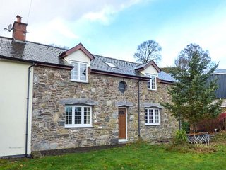 CEFN COTTAGE, woodburner, en-suites, balcony, lawned garden, Llanidloes, Ref 945140