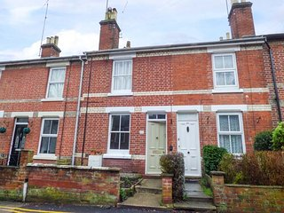 DUTCH COTTAGE, easy access to town, mid-terrace, enclosed garden in Colchester,
