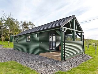 ASH LODGE, ground floor lodge, romantic hideaway, hot tub, Pennington near