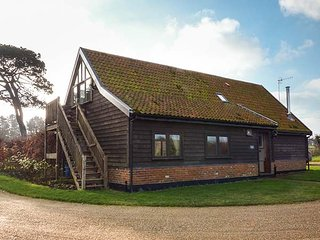THE COACH HOUSE, detached barn conversion, woodburner, walks from the door, near Orford, Ref 953380