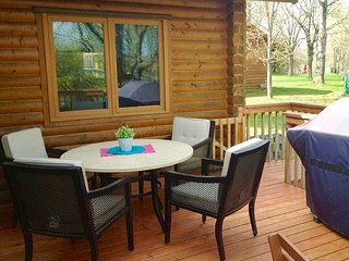 Amazing Lakeside Cabin, Large yard, decks and sunroom, free paddleboat, Richmond