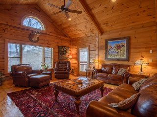 3BR Cottage, Huge Views, Hot Tub, Pool Table, Large Open Living Area on Beech Mountain Near Banner Elk