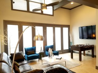 Dallas Uptown Party House! Jacuzzi for 10! Sleeps 18!