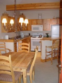 Kitchen/Dining Room - Plenty of room for 4 in this kitchen and dining area.
