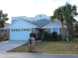 4BR/2BA Amazing Home!  Convenient to the beach, restaurants, and shopping!