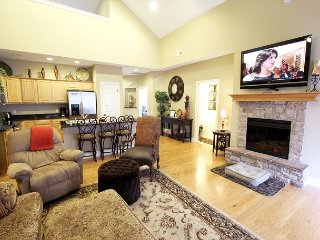 Tuscany Hills - 3 bedroom/2 bath villa located at beautiful Branson Creek!, Hollister