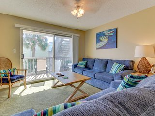 Pond-side condo w/ shared pool, nearby private beach - snowbirds welcome!