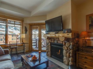 Modern, rustic ski-in/ski-out condo with a shared hot tub!!, Copper Mountain