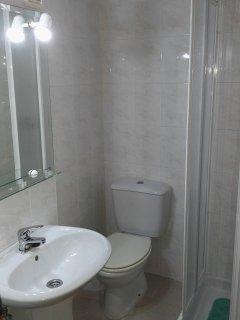 Baño Secundario - Secondary Bathroom