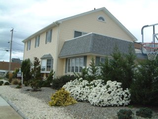 Pt Pleasant Beautiful Beach House w/Pool-7 Bedrooms,3 Baths, block to beach