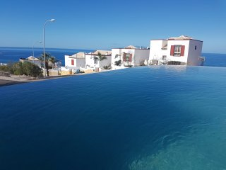 You can enjoy the view to the sea also in the pool!