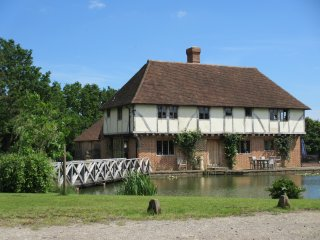 5 Star Gold Hop Pickers Cottage - every comfort on small quiet country estate, Benenden