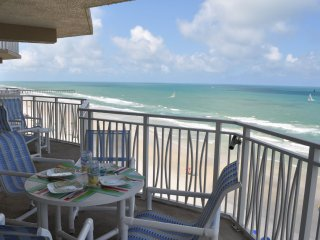Beautifully Updated Direct Oceanfront 3-Bedroom/3-Bath Condo on No-Drive Beach!, Daytona Beach Shores