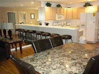 WATCHING THE BOATS*Ground Level* MAIN CHANNEL*4 Bdrm/3 BA* Sleeps 12! - WIFI