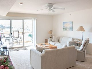 Condo on the Water 2 Bd/2BA*Sleeps 8* Great View of the Lake*Free Wifi, Osage Beach
