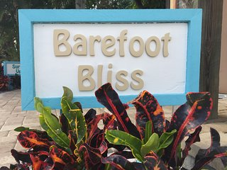 Coastal Beachcomber's Retreat! 150 Steps to Barefoot Bliss Beaches & Stunning Sunsets, Englewood