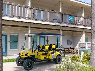 Pepper's Perfect Paradise: FREE 6 Seat Golf Cart, Walk to Beach, Pets, Pool, Port Aransas