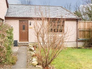 TREETOPS, all ground floor, sun terrace with furniture, short walk to shop and pub, in Drumnadrochit, Ref 928178