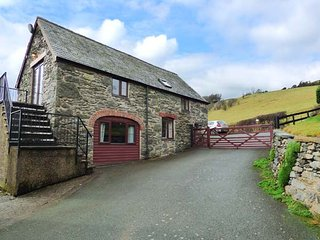 TYDDYN DYFI COTTAGE, countryside views, pet-friendly, raised decked areas, Bala, Ref 946919