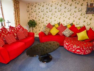 ROWAN COTTAGE, shared use of games room and hot tub, pet-friendly, WiFi, in Hartland,Ref 953122