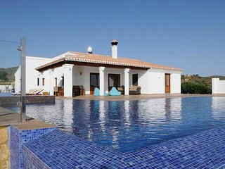 Large rural hilltop villa with infinity pool, Bedar