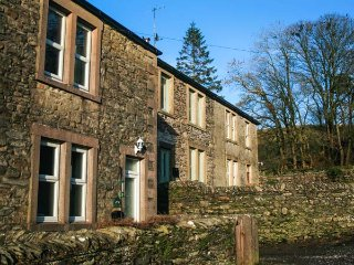WEASELS COTTAGE, woodburner, countryside views, ideal walking area, in Horton-in