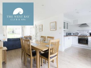THREE BEDROOM HOUSE FOR 5 AT THE WEST BAY CLUB & SPA, superb on-site facilities, in Yarmouth, Ref 943923