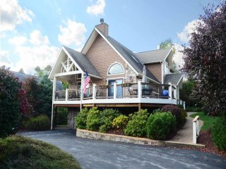 A Stay at Lasting Memories makes for the perfect Deep Creek vacation! With its central location, easy walk to the lake, and plush furnishings, you get it all!, McHenry